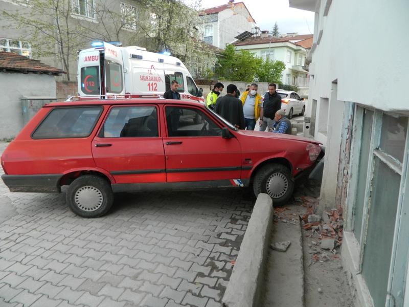 Virajı Alamayan Sürücü Duvara Çarptı
