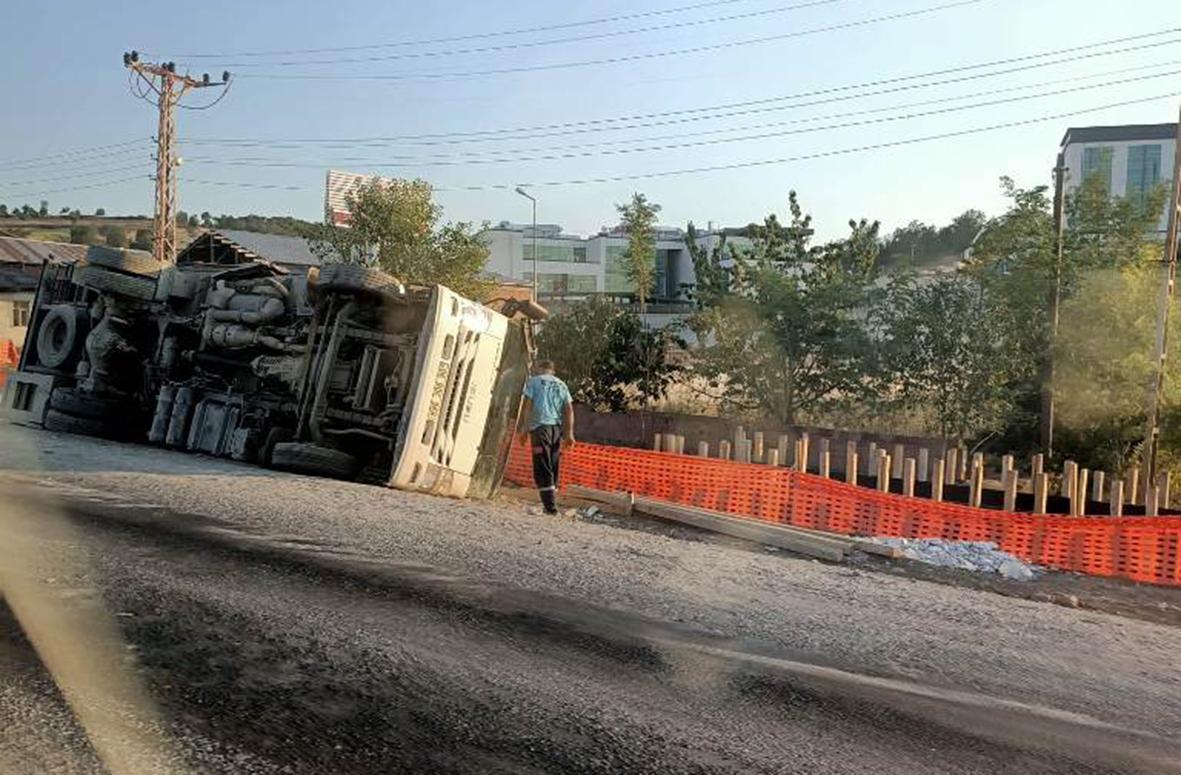 Önündeki kamyonu sollamak isteyen Kamyonet Devrildi