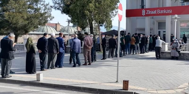 Tam kapanma kararının ardından Banka ve ATM Önlerinde Bayram Arifesini Aratmayan Kalabalıklar Oluştu